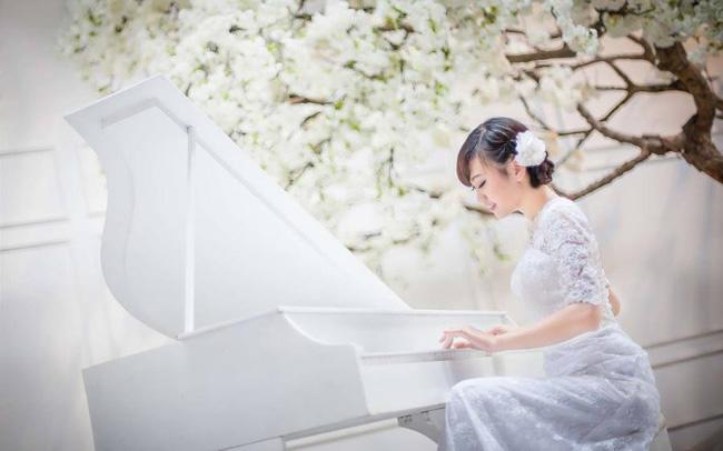 девушка-играет-на-рояле